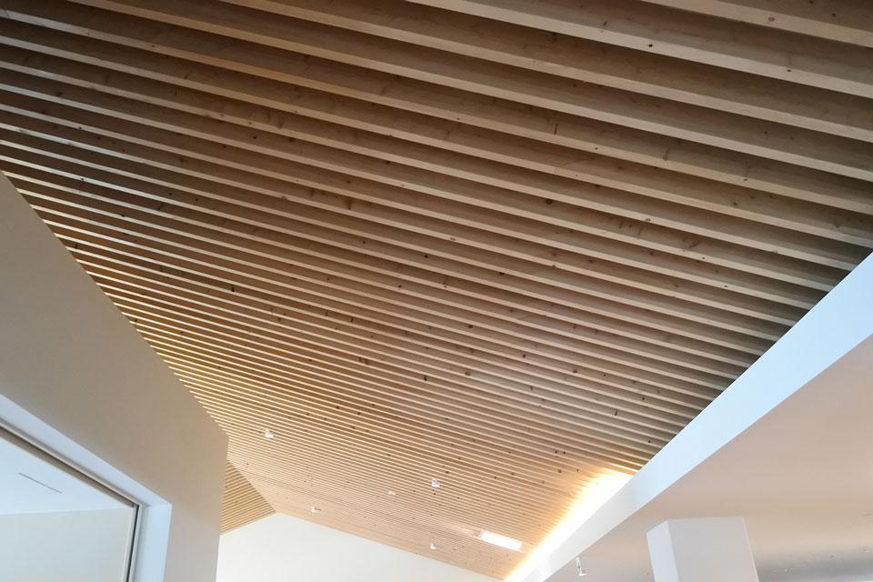 地元のヒノキ間伐材を使った天井
